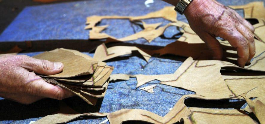 Un addetto al taglio Cad Cam di un calzaturificio