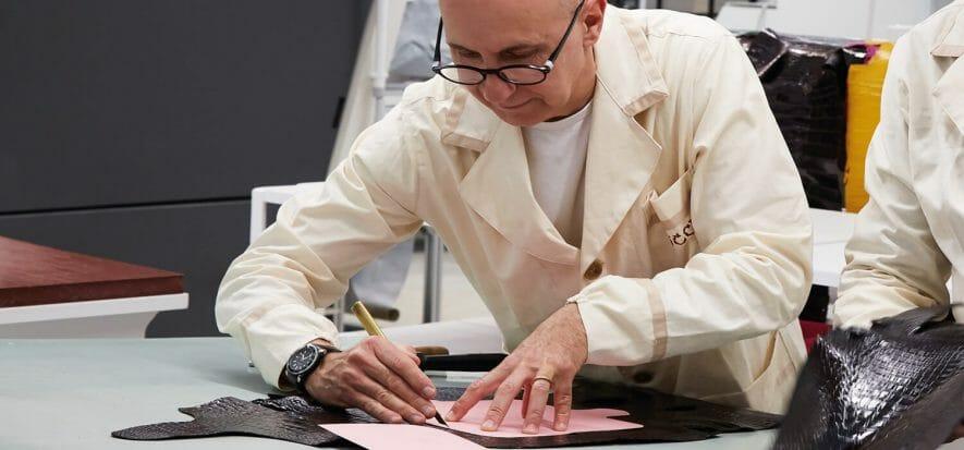 Un artigiano di Gucci ArtLab Scandicci