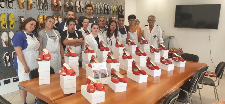 Gli studenti del corso con i prototipi donati alla Casa delle Donne di Brescia