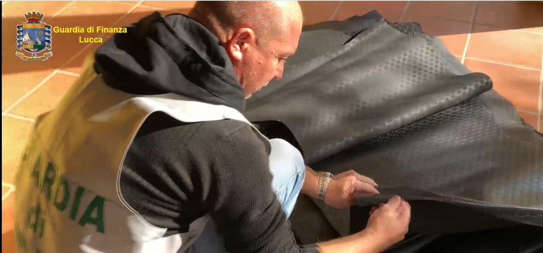 Lucca, sgominata la banda della borsa fake: sequestro da 5 milioni