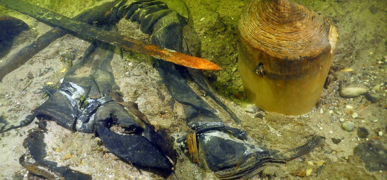 Il soldato da secoli in fondo al lago con i suoi stivali di pelle