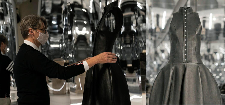 """Vuitton in mostra a New York e Wuhan: la pelle è protagonista Louis Vuitton (culturalmente) si sdoppia. A New York sostiene l'esposizione About Time e in Cina, a Wuhan, con See LV mette in mostra la sua storia. E la pelle è al centro della scena. Non a caso, per promuovere l'evento di NY, sul suo profilo Instagram istituzionale Louis Vuitton ha scelto una creazione in pelle del direttore creativo della divisione femminile, Nicolas Ghesquière (nella foto, tratta da eu.louisvuitton.com). About Time About time – Fashion and Duration è la mostra inaugurata il 29 ottobre 2020. Celebra il 150° anniversario del MET, il Metropolitan Museum of Art di New York. Resterà aperta fino al 7 febbraio 2021. È curata da Andrew Bolton, responsabile del Costume Institute del Metropolitan Museum. La mostra ripercorre un secolo e mezzo di moda, dal 1870 a oggi, esplorando il suo legame con il concetto di tempo. Virginia Woolf funge da """"narratrice fantasma"""". L'esposizione è articolata in due gallerie adiacenti fabbricate come enormi quadranti di orologio sviluppati lungo un intervallo di 60 minuti. Ogni """"minuto"""" presenta un paio di capi, abbinati tra loro, per un totale di 120 capi esposti. Tutti neri tranne l'ultimo, che è bianco. La mostra ha ricevuto il sostegno di Louis Vuitton che è presente con due creazioni firmate Ghesquière. [adrotate banner=""""30""""] See LV Wuhan è la prima tappa della nuova mostra itinerante di Louis Vuitton intitolata See LV. È stata inaugurata il 31 ottobre 2020 presso il Wuhan International Plaza e chiuderà i battenti il 6 dicembre. """"È tempo di evidenziare altre città strategiche in Cina oltre a Pechino e Shanghai"""" ha affermato Emmanuelle Boutet, vicepresidente delle comunicazioni di Louis Vuitton Cina su Jing Daily. La testata evidenzia come la griffe francese abbia saputo catturare le luci della ribalta e creare traffico sociale, celebrando la rinascita di Wuhan. (mv)"""