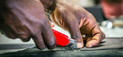Cartiera ricicla i ritagli delle griffe e forma migranti al lavoro