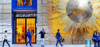 """LVMH senza freni: vale 271 miliardi in Borsa e """"compra"""" una città"""